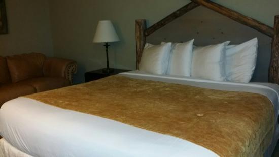 Rawlins Western Lodge: 3 sheet bed top.   New log headboard