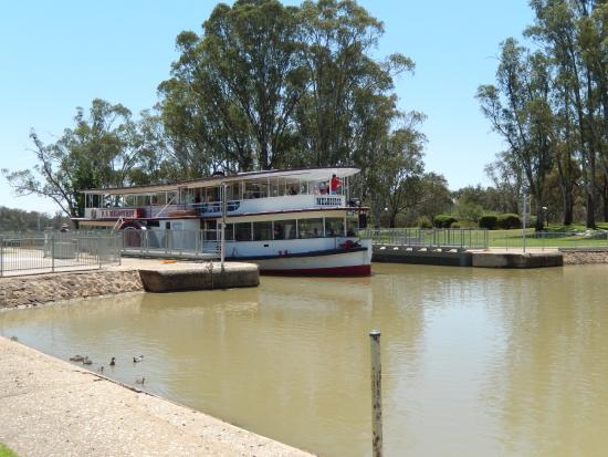 The Chaffey Trail: The Melbourne paddle steamer coming through Lock 11