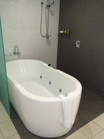 Coconut Grove Apartments: Spa bath in ensuite Bathroom and shower