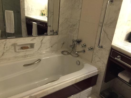 Shangri-La Hotel Guangzhou : Bathtub