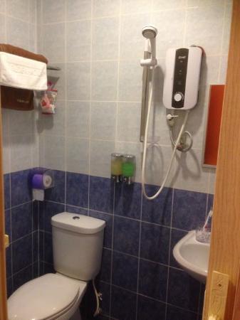 Ku Inn Hotel: Washroom