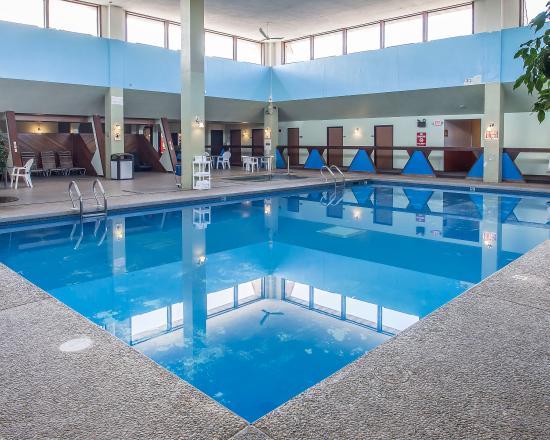 Econo Lodge Inn & Suites: Pool