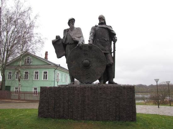 ‪Monument to Ryurik and Veshhiy Oleg‬