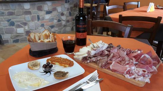 Minucciano, Италия: Tagliere con un buon bicchiere di vino...
