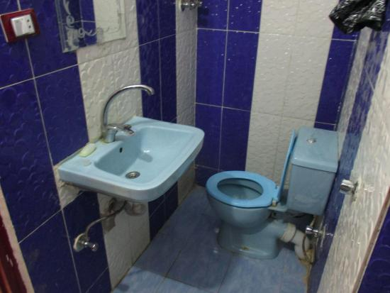 Yaseen Hotel: Toilet view