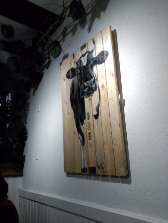 Rue, Switzerland: Decoración venta cuadros vacas