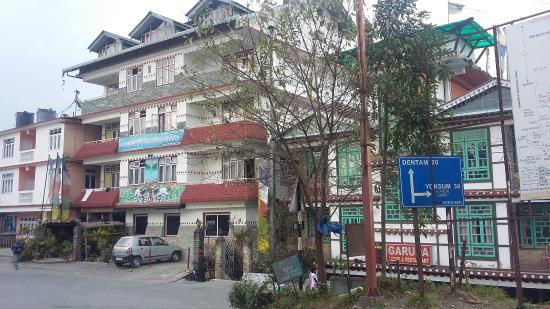 Hotel Phamrong : Hotel view from the road