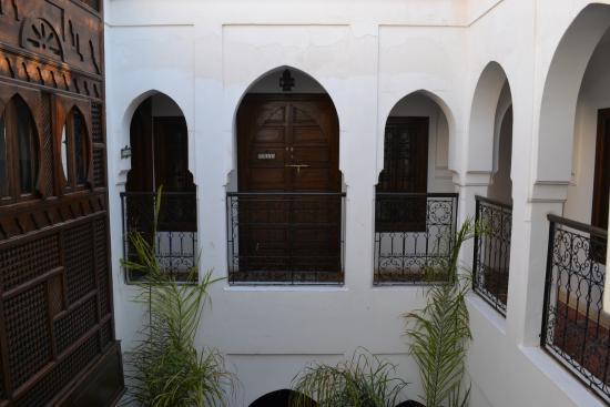 Riad Nerja: view inside courtyard