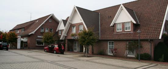 Hotel Rheinischer Hof: Links het oudere deel; waar de auto voorstaat het nieuwere deel