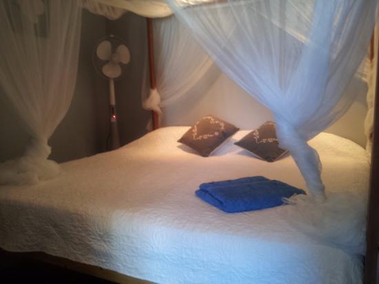 Morning Glory Villa : CHAMBRE 1 DU MASTER LIT KING SIZE A BALDAQUIN AVEC MOUSTIQUAIRE