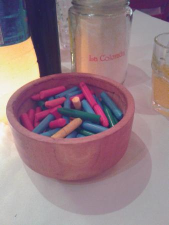 Detalle crayones para dibujar en las mesas picture of - Mesas para dibujar ...