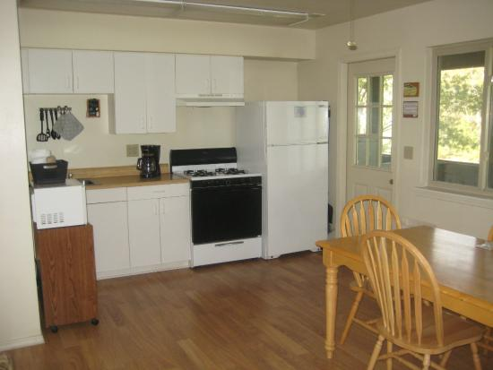 Trout Hollow Lodge: Kitchen and dining room area