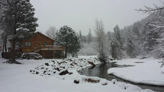 ‪‪Rockmount Cottages & Cabins‬: A winter view of the Big Thompson River‬