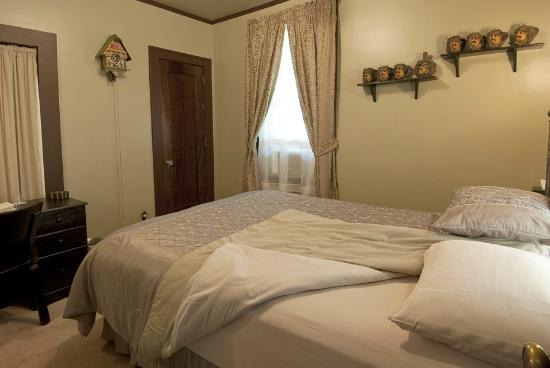Deutsche Strasse Bed & Breakfast: Snuggle into the luxury sheets and pillow top queen bed in the Black Forest Suite.