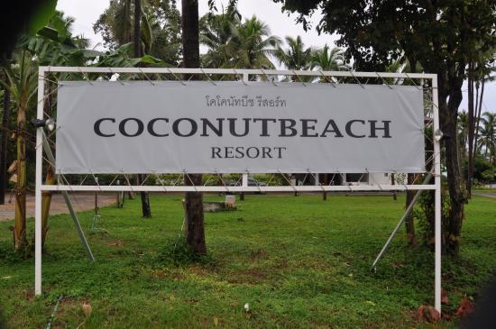 Coconut Beach Resort : вывеска перед отелем