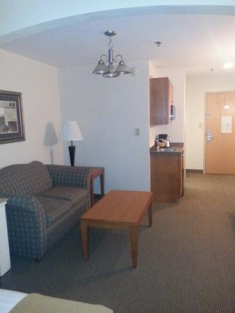 Holiday Inn Express Forest City: Sitting/Coffee area of King Suite