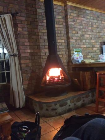 Thaba Tsweni Lodge & Safaris: Cozy fireplace in our cottage