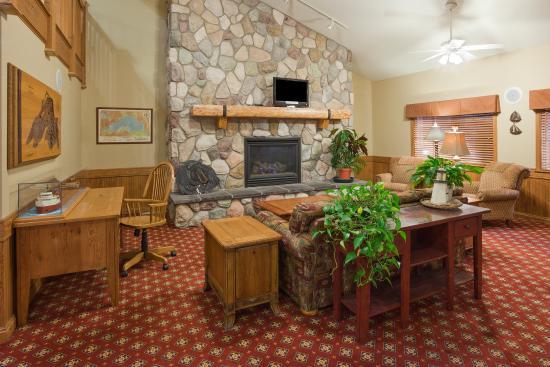 Wetmore, MI: Americ Inn Munising Lobby