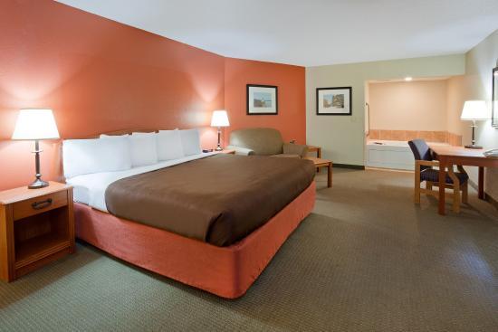 Wetmore, MI: Americ Inn Munising Whirlpool Fireplace Suite