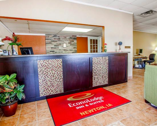 Econo Lodge Inn & Suites Newton : Lobby