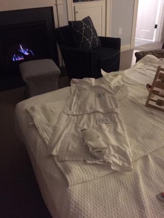 Λέξινγκτον, Μασαχουσέτη: Lit fire and robes on return