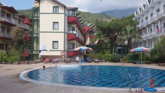 Sumela Garden Hotel: корпус отеля и бассейн