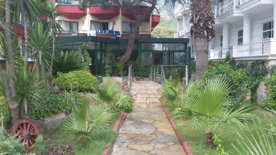 Sumela Garden Hotel: дорожка от корпуса к бассейну