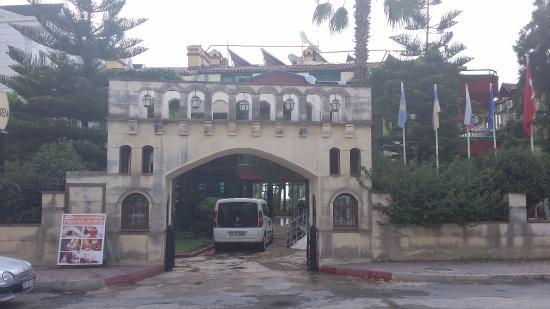 Sumela Garden Hotel: въезд в отель