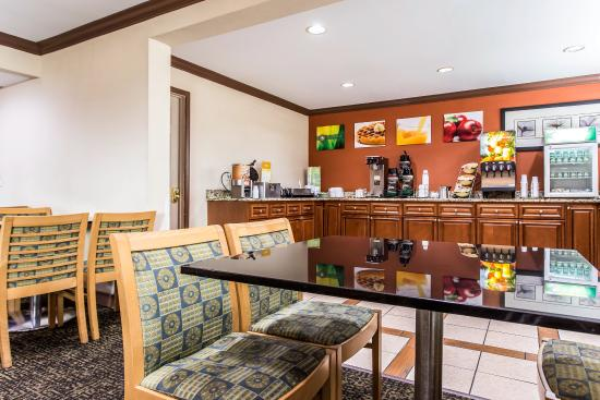 Quality Inn & Suites Southlake: Breakfast Area