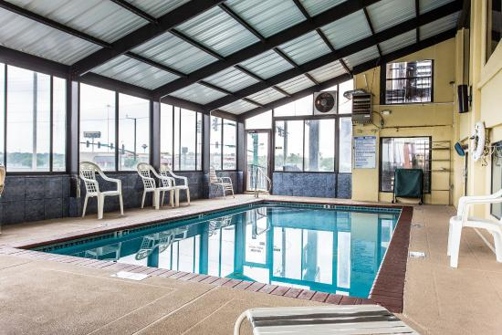 Quality Inn & Suites Southlake: Pool