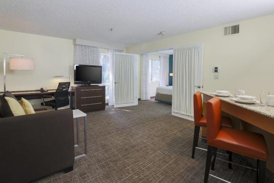 Residence Inn Bakersfield: Living Room One Bedroom Suites