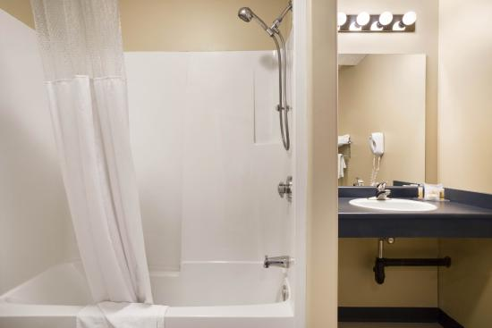 Days Inn Hinton: Accessible Guest Bathroom
