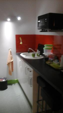 Dutton, UK: separate kitchen, microwave, fridge, utensils, plates etc.