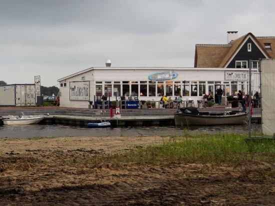 Loosdrecht, Nederland: Buitenterras met aanlegsteiger voor passanten