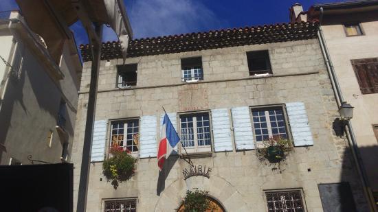 Hotel Restaurant Hostellerie le Relais: nous mangeons au pied de la mairie qui date de 1600....