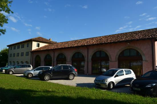 San Nicolo, Italia: central building a parking