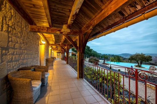 Hotel le Belvedere: Le rez-de-chaussée - vue piscine