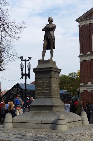 ‪Statue of Samuel Adams‬