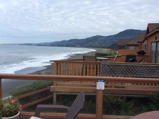 Smith River, كاليفورنيا: #13 ocean front. Hot tub, deck, Queen master, short loft with 2 twins and mattress in view windo