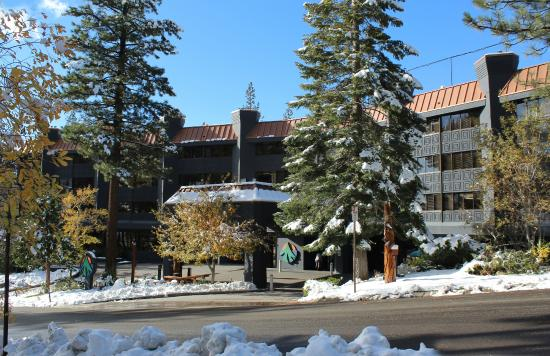Tahoe Seasons Resort: Resort entrance winter.