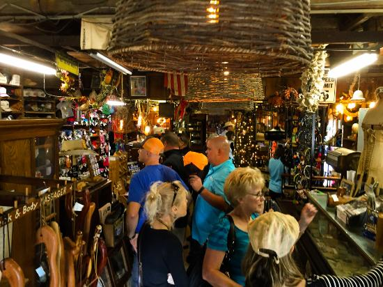 Luckenbach, Teksas: The chaos and tourist smaltz inside the general store - I was in there for less than 30 seconds