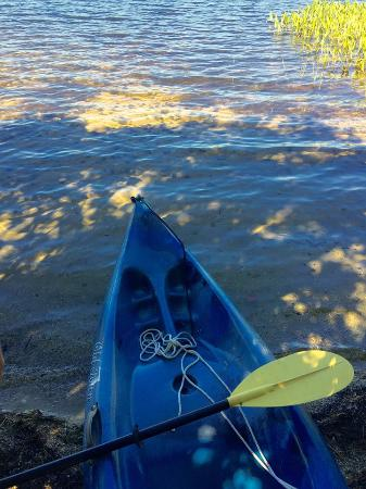 Sutton, Нью-Гэмпшир: kayaking around kezar lake