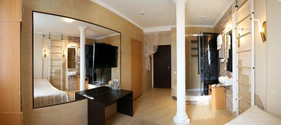 VS-Apartments : В самом компактном номере душевая кабина установлена непосредственно в жилой комнате