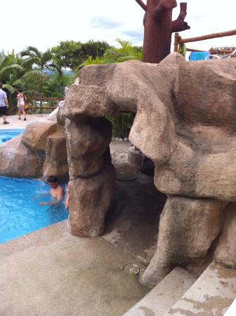 Cahal Pech Village Resort: Cave formation in pool area