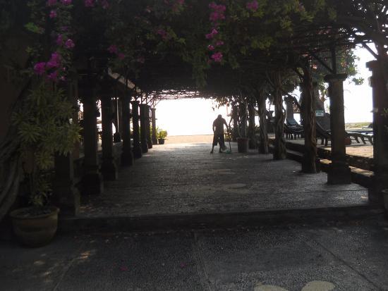 Matahari Terbit Bali Deluxe Bungalows: Path to the beach