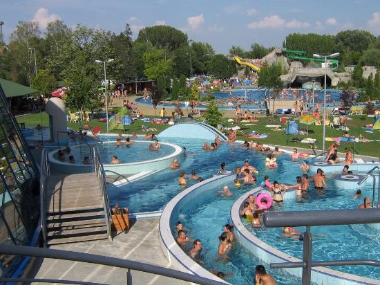 Kaposvar, Hungría: Outside pool with attractions