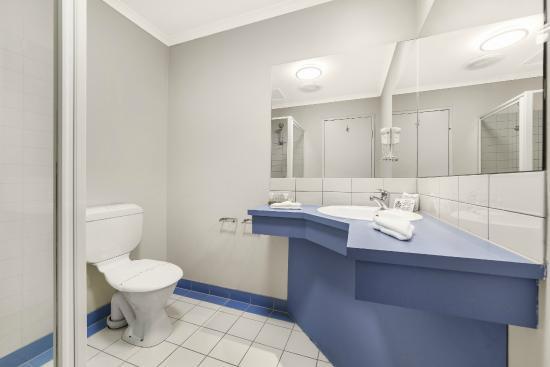 Ciloms Airport Lodge: Twin Queen/Triple Room Bathroom