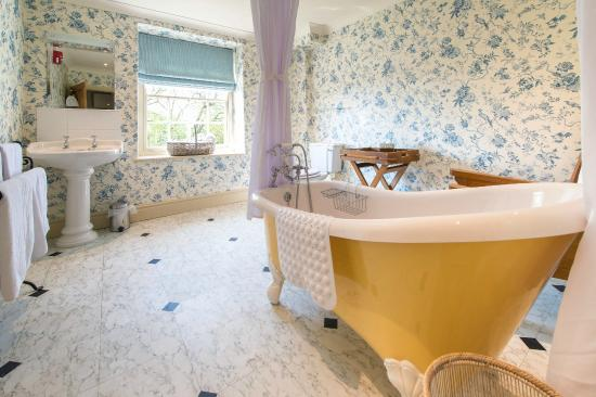 Coxwold, UK: Relax in the roll top bath in our Mouseman Bedroom