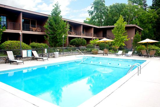 The Lodge at Riverside: Outdoor Seasonal Pool