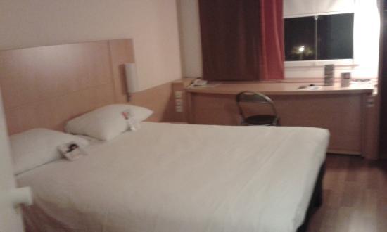 Hotel Ibis Martigues : bureau pour travailler et lit